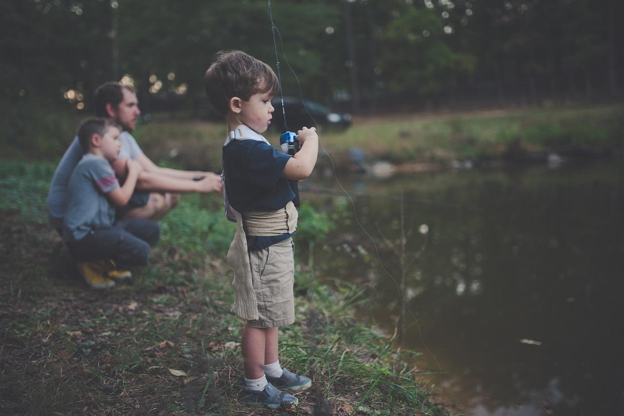 Faire de la pêche en famille.